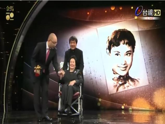 李麗華於2015年獲頒金馬獎終身成就獎,成龍特地來台灣擔任頒獎人。(取自台視)