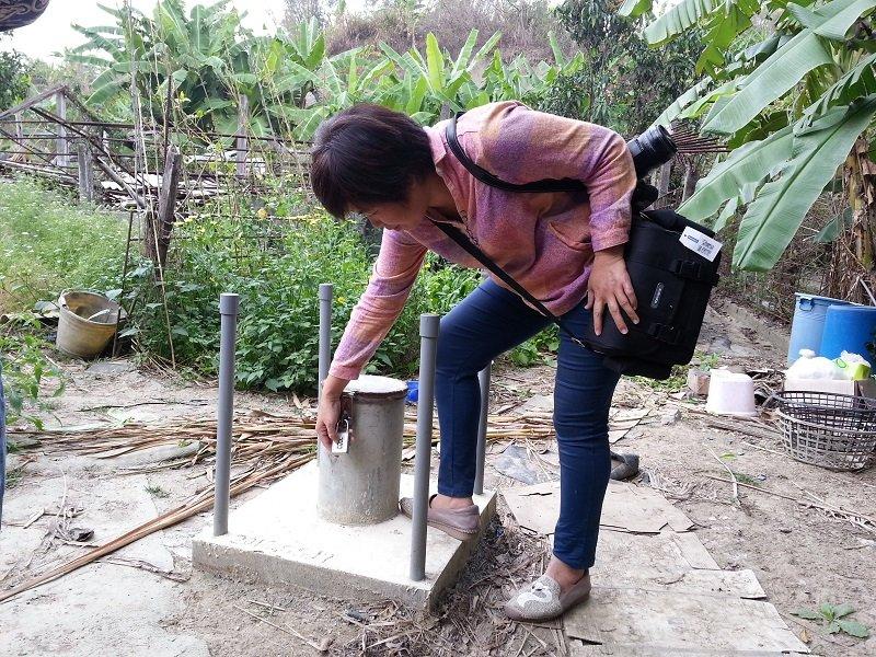 自救自力鑿井調查,定期量水位發現這裏有豐沛的地下水。(朱淑娟提供)