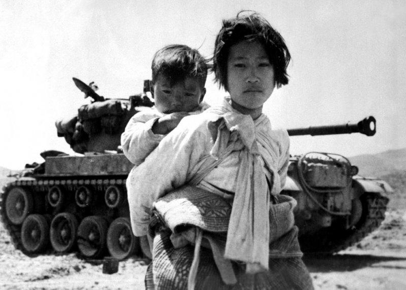 本書另一重要的貢獻,是同時梳理了從1949年4月解放軍渡江至1950年6月韓戰爆發,美國政府內部對臺灣政策意見分歧和混亂的決策。(取自U.S. Navy)