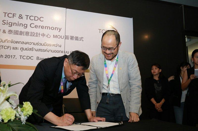 Z臺北市長柯文哲率領的臺北參訪團28日下午參訪泰國創意設計中心(TCDC),並與泰方簽訂合作備忘錄(MOU),右為文化局長鍾永豐。(台北市政府提供).JPG