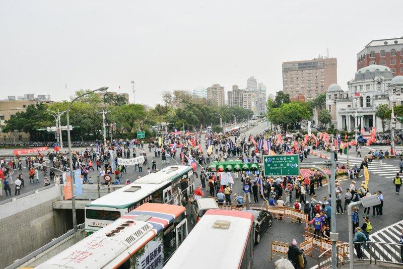 20170329-反年金改革團體抗議,民眾企圖以繩子拉倒柵欄,突破青島東路防線。(甘岱民攝)