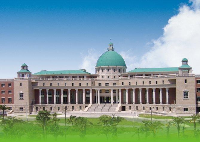希臘羅馬式的行政大樓。(圖/亞洲大學官網)