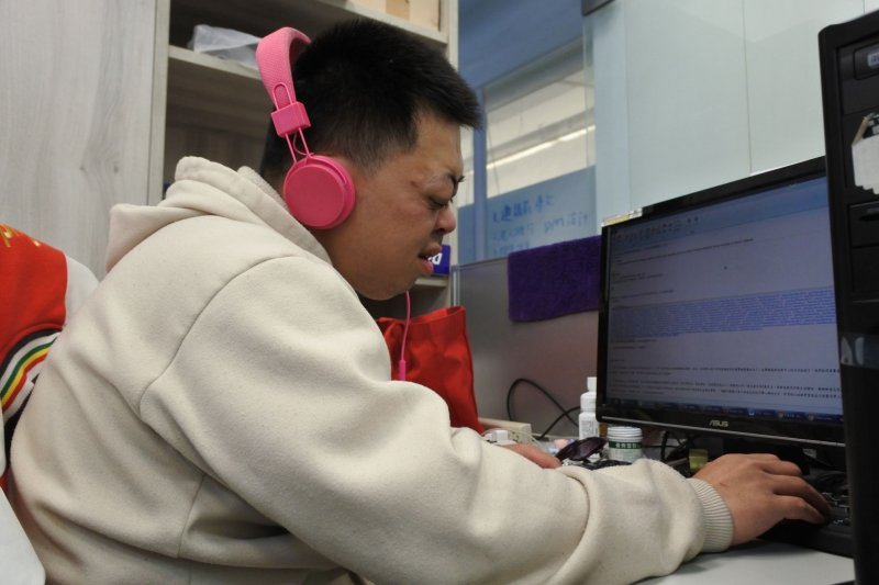 擁有國立大學雙學位的視障者曉明(化名),透過新竹市政府「身心障礙者就業圓夢方案」協助,突破視障者就業侷限順利就業。(新竹市政府提供)