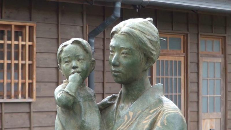 八田妻子帶著小孩的塑像。(圖片:作者翻攝自 YouTube 日本人技師 [台湾にダム建設]八田與一さん;想想論壇提供)