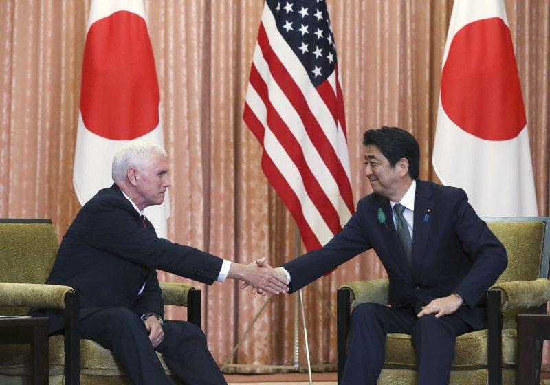 美國副總統彭斯18日訪問日本,與日向安倍晉三進行會談。(美聯社)