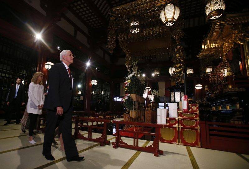 美國副總統彭斯攜妻子和2個女兒訪日,18日造訪東京淺草寺。(美聯社)