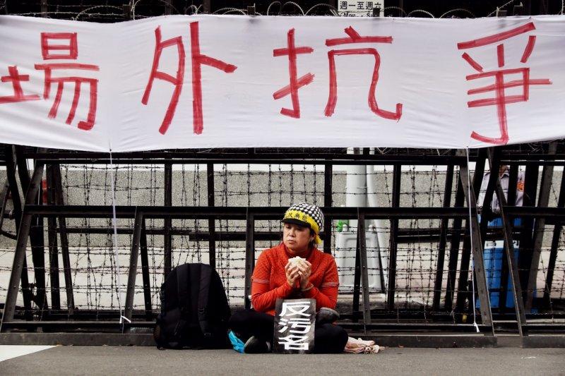 2017-04-19-反年金改革軍公教團體包圍立法院抗議-官員進入立院後,抗議民眾暫時休息-曾原信攝