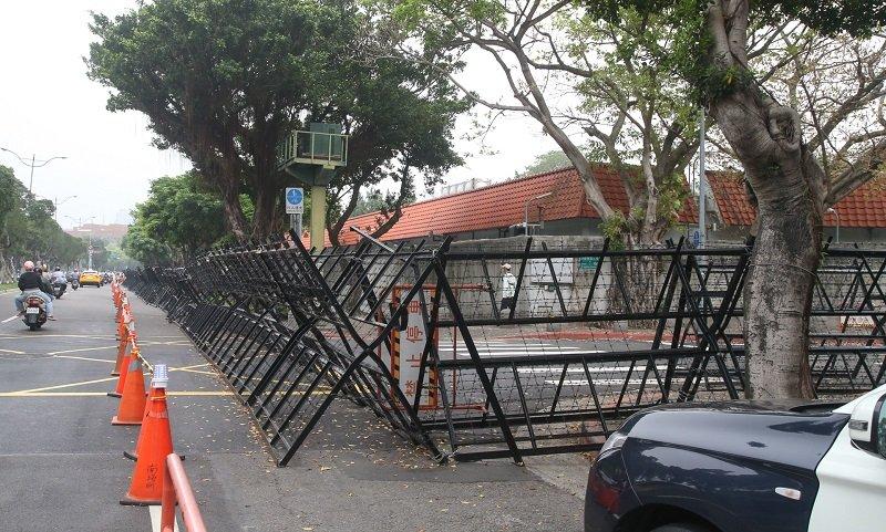 四一九反年改團體在立法院抗爭,總統官邸同樣被柵欄層層圍住。(陳明仁攝)