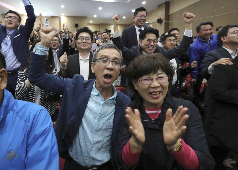 南韓總統大選9日結束投票,文在寅以41.4%支持率在出口民調領先,支持者興奮歡呼。 (美聯社)