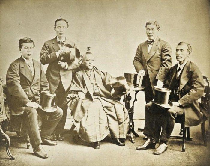 岩倉使節團。左起:木戶孝允、山口尚芳、岩倉具視、伊藤博文、大久保利通。(維基百科)