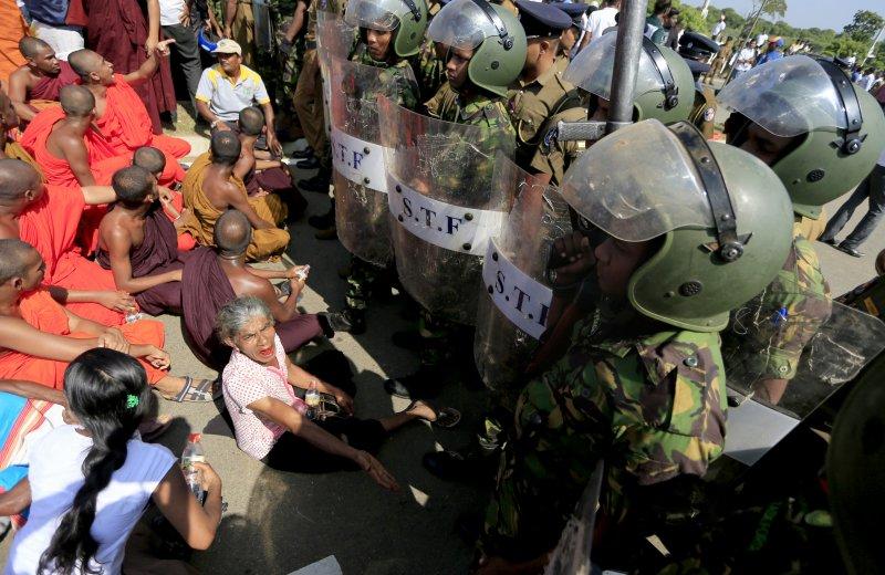 斯里蘭卡因政府強收土地,僧侶與軍隊爆發衝突。(美聯社)