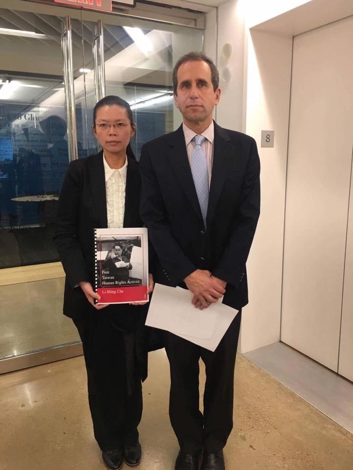 李凈瑜接受華盛頓郵報社論編輯Fred Hiatt的專訪。(台權會提供).JPG