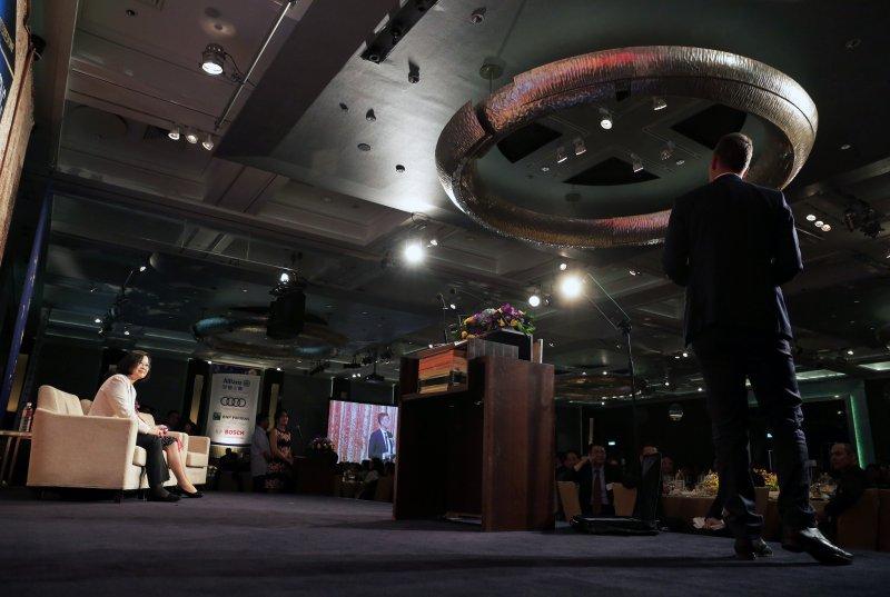 總統蔡英文出席「2017歐洲商會歐洲日晚宴」,聆聽歐洲在台商務協會理事長何可申致詞。(總統府提供)