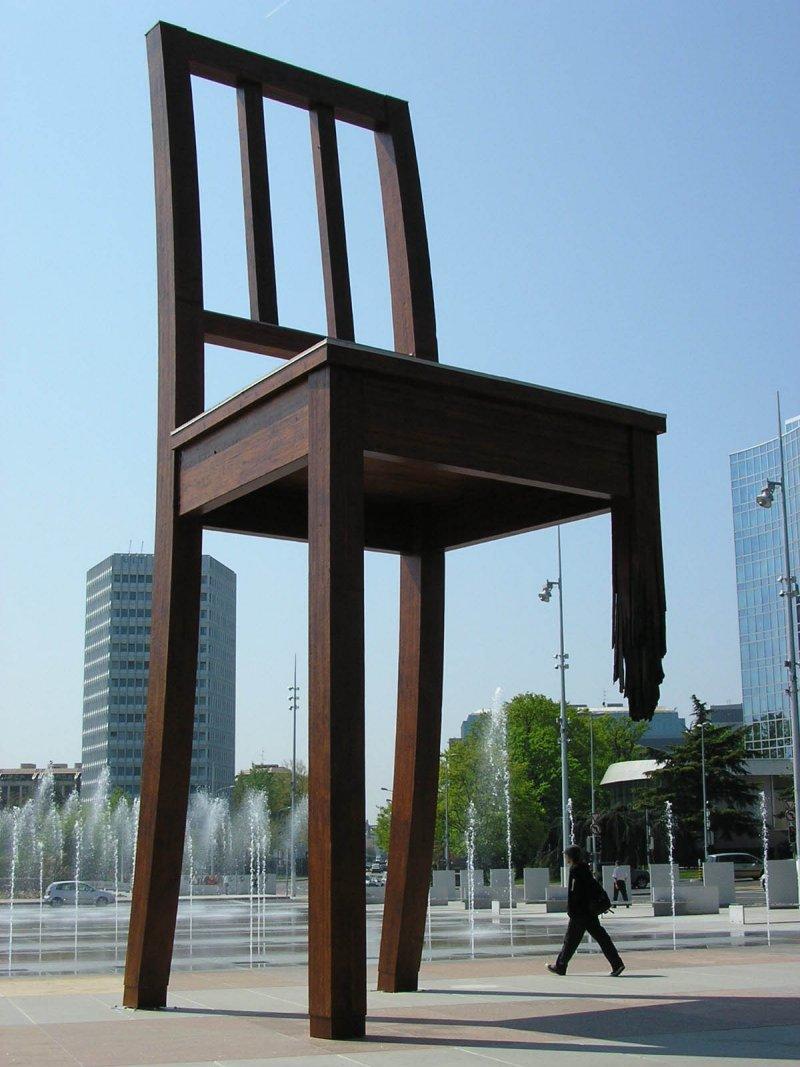 日內瓦萬國宮(Palais des Nations)前的三腳椅(Broken Chair)廣場(MHM-com@Wikipedia / CC BY-SA 3.0)