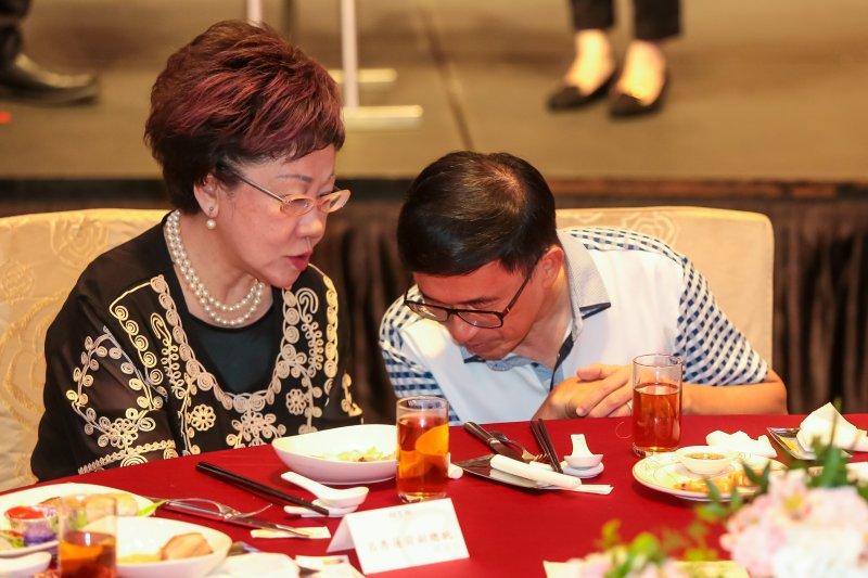20170519-前總統陳水扁19日出席凱達格蘭基金會募款餐會,並與同坐主桌的ˊ前副總統呂秀蓮交談。(顏麟宇攝)