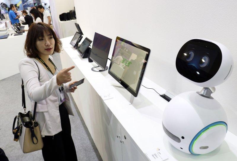 20170530-「2017年台北國際電腦展(COMPUTEX 2017)」上午舉行開幕典禮,華碩現場展示的機器人Zenbo(右),模樣可愛。(蘇仲泓攝)