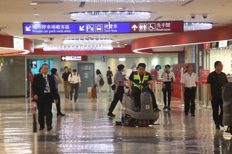 RN六二暴雨侵襲,桃機第二航廈二樓禮品大街也遭殃。(陳明仁攝).JPG