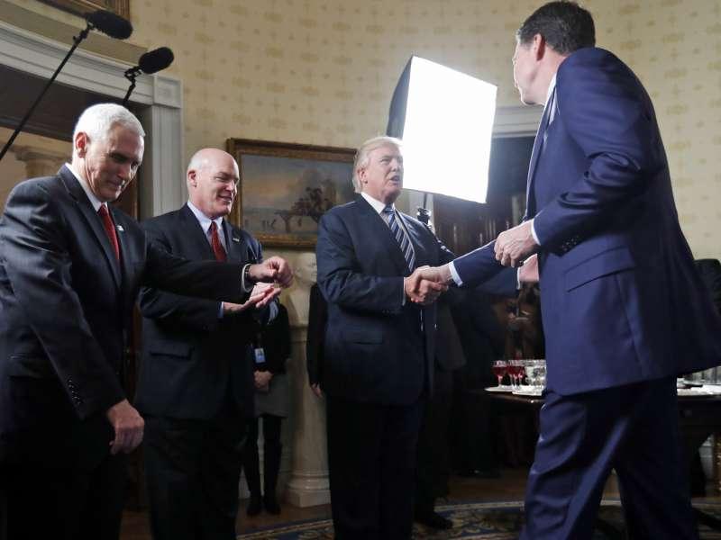 2017年1月22日,新上任的美國總統川普在白宮會見聯邦調查局長柯密(AP)