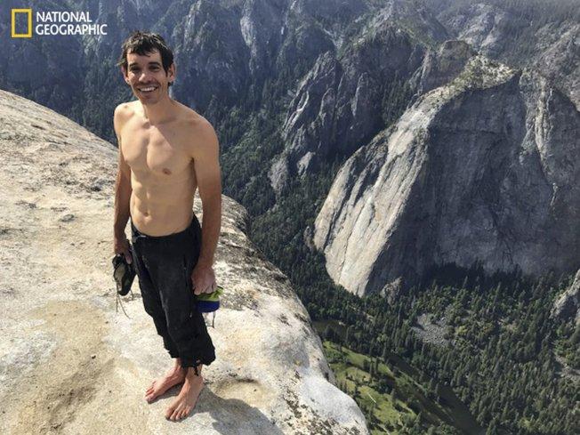 31歲的攀岩專家漢諾德在不用繩索和其他安全工具的情況下,獨自攀上3000呎高的酋長岩,寫下紀錄。(國家地理雜誌提供)