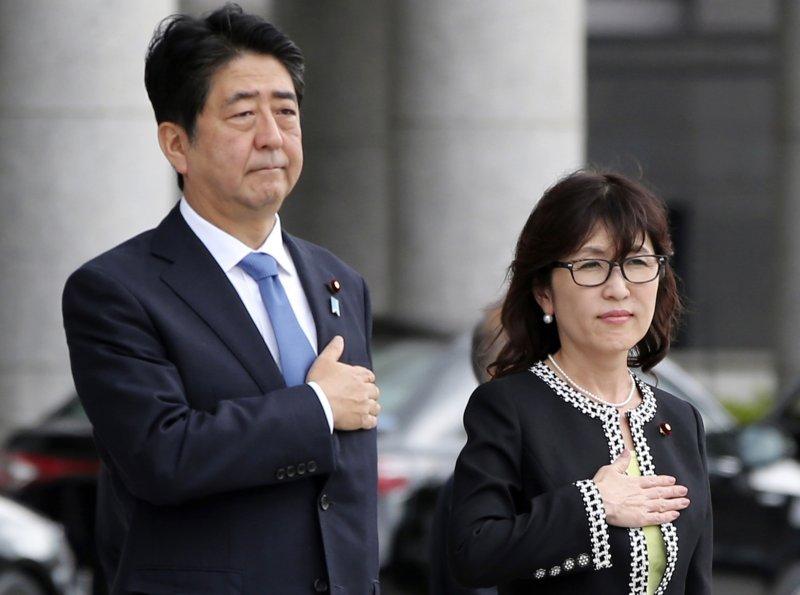日本首相安倍晉三與防衛大臣稻田朋美。(美聯社)