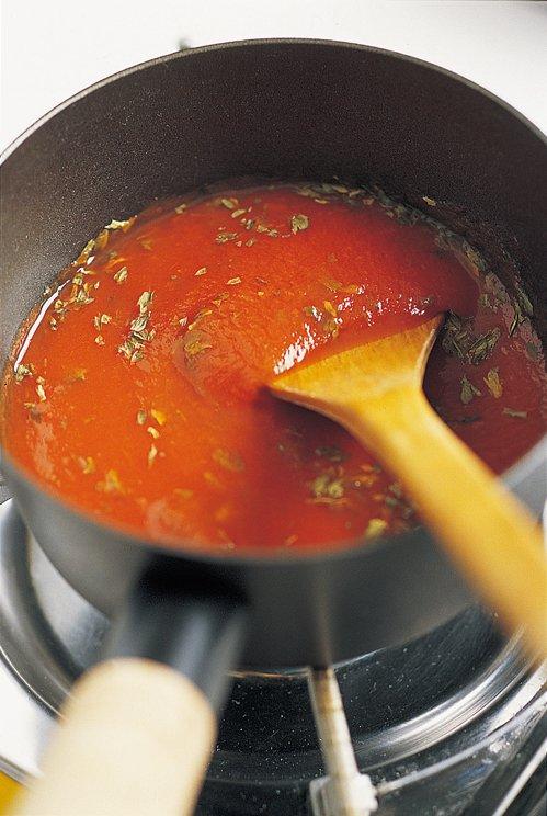 將醬料煮至沸騰。(圖/日月文化提供)
