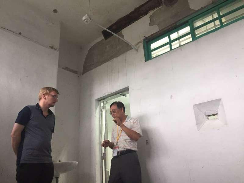 20170708- 70年代受難者陳欽生(右)陪同德國國會議員Dr. Philipp Lengsfeld,回到當年白恐時期他被監禁的景美看守所33號押房。(文化部提供)
