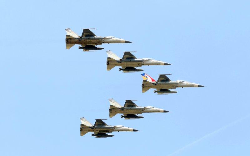 20170714-空軍上午在台中清泉崗基地舉行IDF戰機接機25週年慶祝活動。圖為現場進行由IDF的彩繪機帶來五機編隊衝場。(蘇仲泓攝)