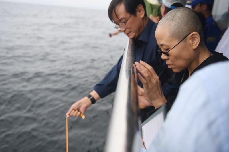 諾貝爾和平獎得主、中國民主人權運動領袖劉曉波的遺體15日清晨火化後,骨灰已於中午撒入大海,右為他的遺孀劉霞。(AP)