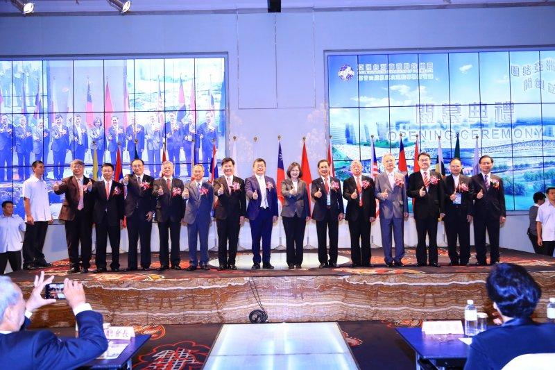 亞洲台灣商業聯合總會在台中開會,總統蔡英文也出席(右七)