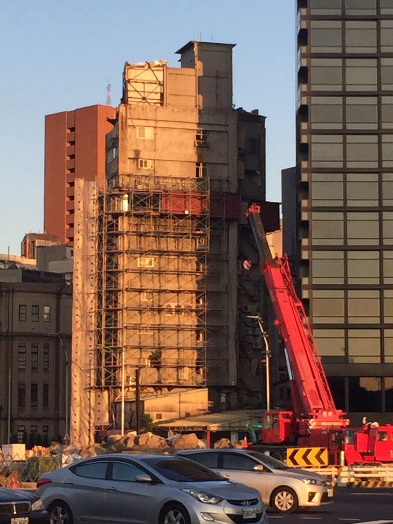 拆除作業自106年7月12日起,預計施工20天,31日前完成。(臺北市建築管理工程處提供)