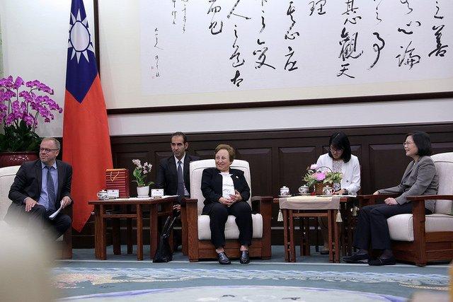 總統蔡英文接見無國界記者組織訪問團及諾貝爾獎得主伊朗籍律師希琳.伊巴迪(Shirin Ebadi),並於會後相互贈禮。(總統府提供).JPG