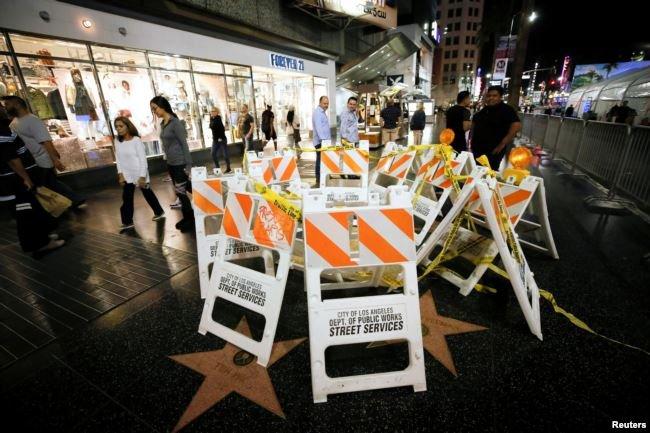 好萊塢大道上的川普之星去年受損維修。(美國之音)
