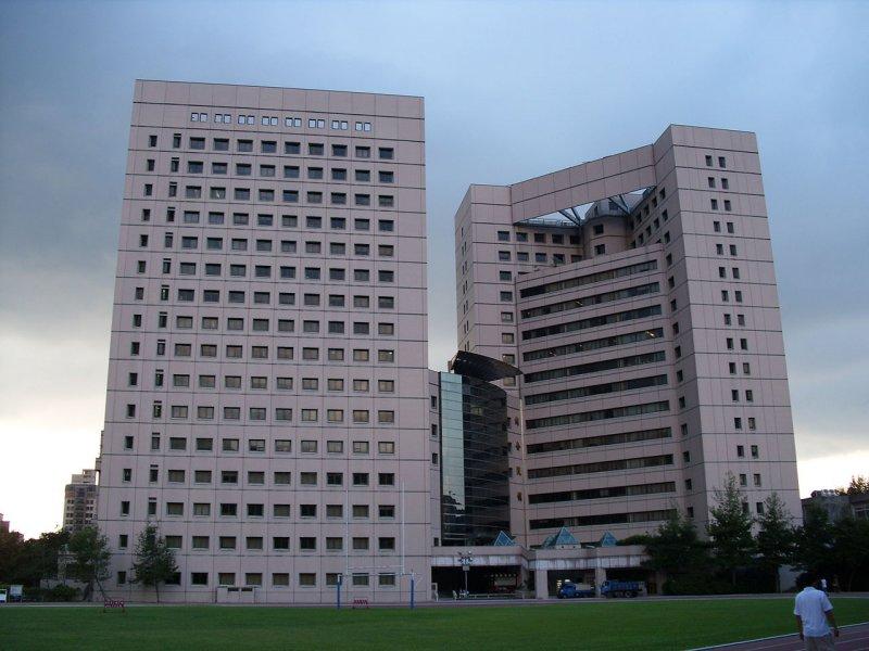 政大的綜院大樓。(圖/維基百科)