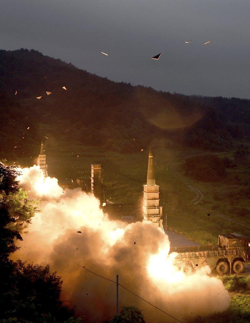 北韓28日深夜發射飛彈後,南韓國防部29日也發布照片,證實29日美韓進行聯合演習,同樣也發射「玄武二型」飛彈作為反制。(美聯社)