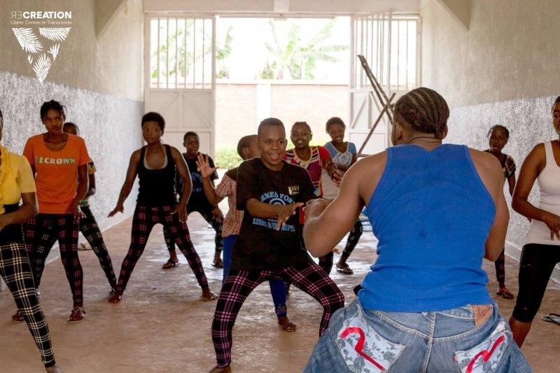 受害女性在舞蹈中重拾自信與歡笑。(圖/re-création 粉絲專頁)