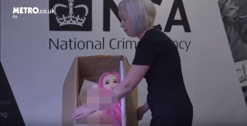 英國國家打擊犯罪調查局從透納家中搜出2個女童性愛娃娃。(截圖自YouTube)