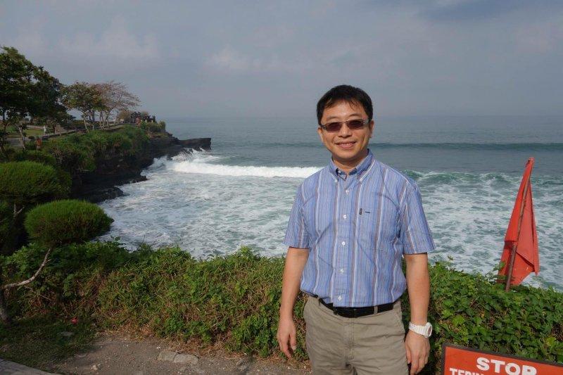 成大教授李忠憲(見圖)的臉書個人檔案照,也把林盈達、林宗男二人的照片並列。(取自李宗憲臉書)