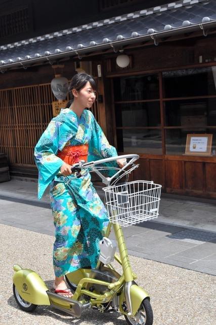 穿著和服踩著電動三輪車的人=攝於8月1日(圖/日本購物攻略提供)