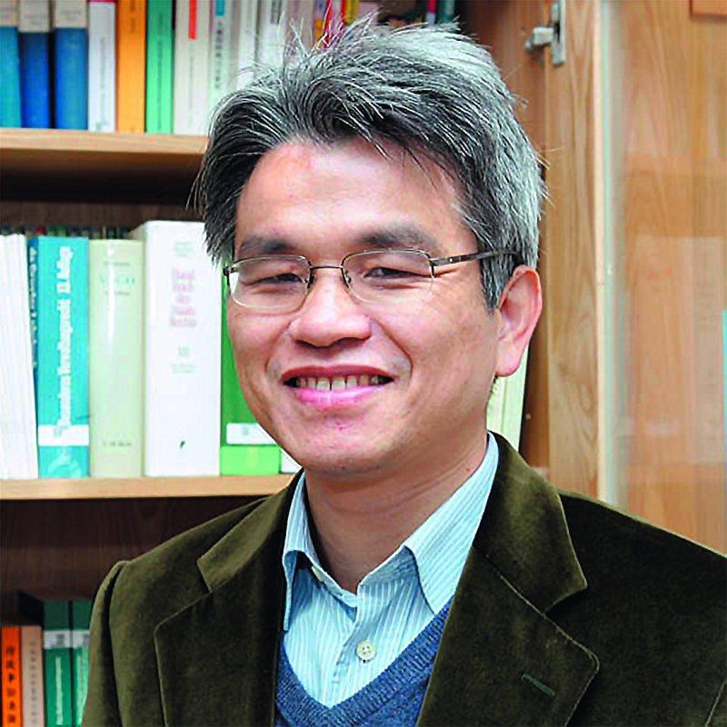 陳英鈐雖為無黨籍,仍被藍營指與部分綠營人士來往密切。(翻攝自國立中央大學網站)