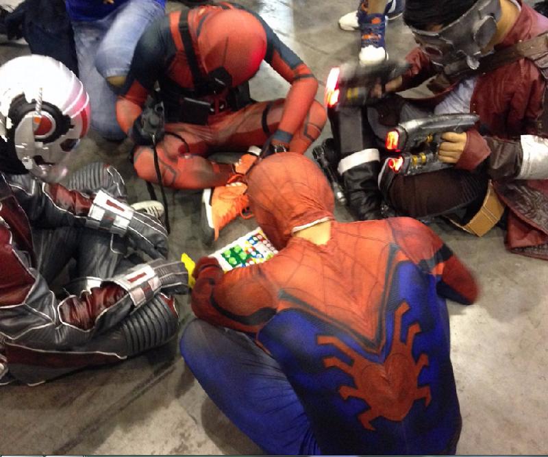 這幾個美系角色圍在地上玩個甚麼棋,就是來搞笑的。(胡又天提供)