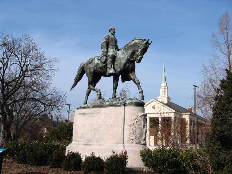南北戰爭南軍統帥李將軍雕像,位於沙洛斯維(Charlottesville)(Cville dog@Wikipedia / Public Domain)