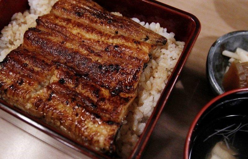 東京米其林一星餐廳供應的蒲燒鰻魚。(美聯社)