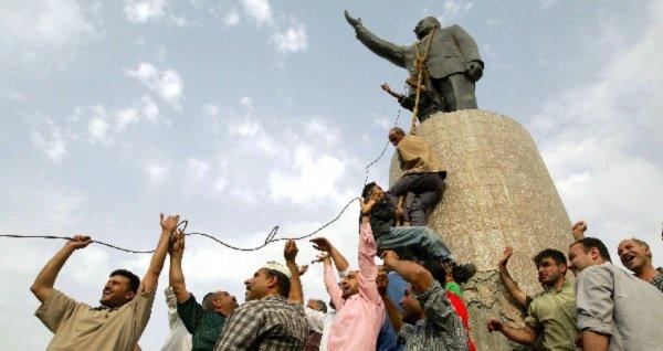 2003年,巴格達一座薩達姆·侯賽因的雕像被拆除。(圖/澎湃新聞提供)