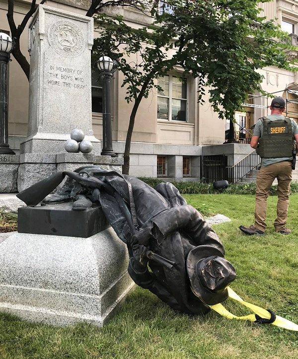 美國北卡羅來納州特勒姆市一座南方邦聯士兵的紀念碑被推倒。(圖/澎湃新聞提供)