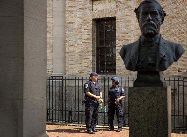 紐約城市大學的保安看護著布朗克斯社區學院的羅伯特·李胸像。(圖/澎湃新聞提供)