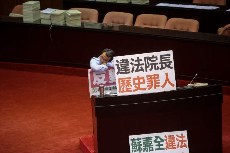 20170829-立法院29日召開臨時會,國民黨於發言台擺上「違法院長,歷史罪人」標語。(顏麟宇攝)