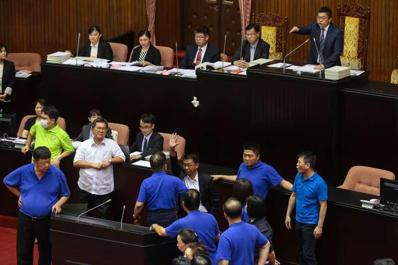 20170829-立法院29日召開臨時會,國民兩黨於主席台前發生爭執。(顏麟宇攝)