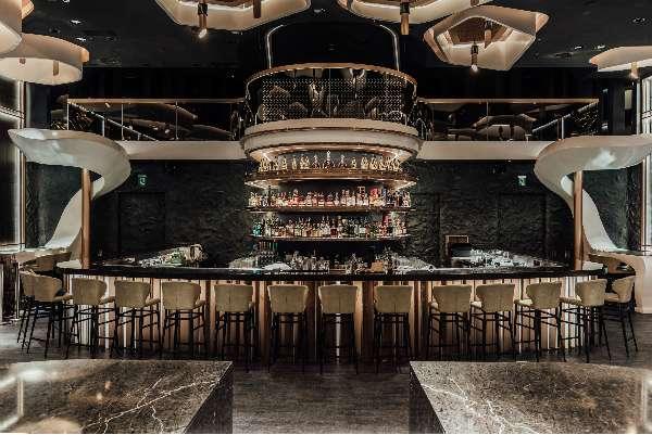 KOR Taipei 做為亞洲首間伸展式酒吧,不僅在空間上費盡心思,更收藏了許多限量酒款,特別是威士忌。(圖/明日誌MOT TIMES提供)