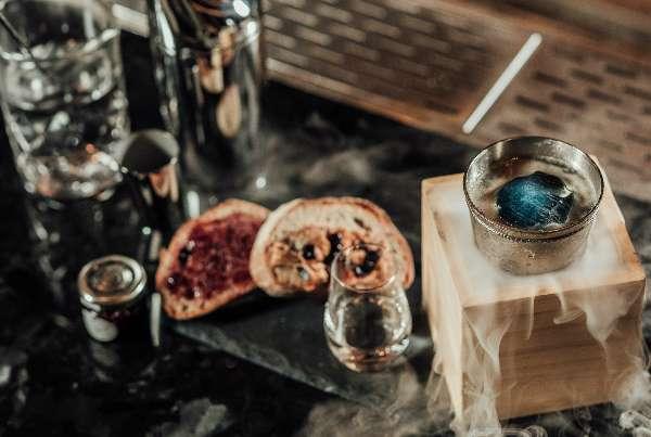 SKY x KOR Taipei 使用濃度 95% 的伏特加,加上調酒師自製薑糖、原味苦精、萊姆汁和 Kentucky 波本橡木桶啤酒,放上以蝶豆花染色的藍冰塊,充分展現天空的意象。(圖/明日誌MOT TIMES提供)