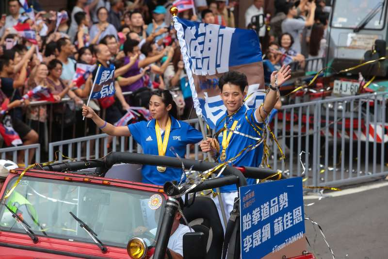 20170831-世大運中華隊跆拳道選手蘇嘉恩、李晟綱31日搭乘車輛參與「英雄大遊行」活動,於館前路時受到兩側民眾熱烈歡迎。(顏麟宇攝)